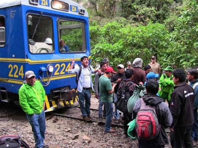 Protesters block a train that connects Cusco with Peru's main attraction Machu Picchu; photo: rpp
